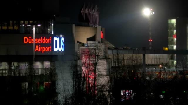 blick auf die stadt bei nacht mit flughafen düsseldorf - düsseldorf stock-videos und b-roll-filmmaterial