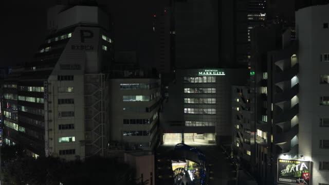 Ein nächtliches Stadtbild aus dem herabfallenden Aufzug in der Stadt in Tokio Hochwinkel – Video