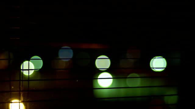 noc zamykanie okna rolety - store filmów i materiałów b-roll