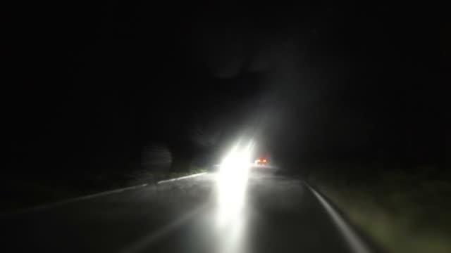 stockvideo's en b-roll-footage met pov night drive in the rain - mist donker auto