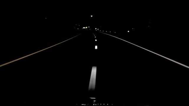 vidéos et rushes de nuit en voiture des lignes droites haute définition - voiture nuit
