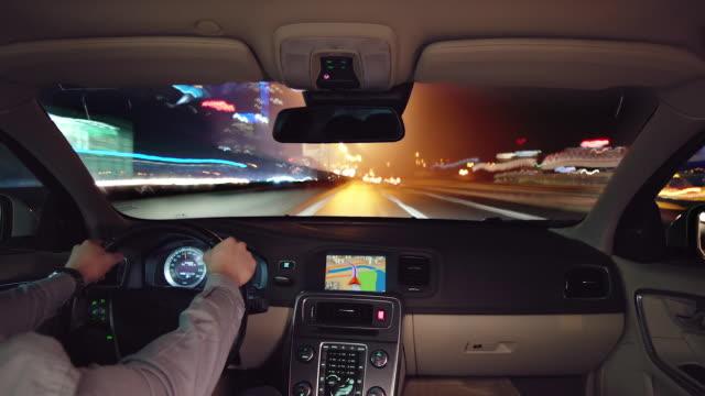 vidéos et rushes de night drive time-lapse avec caméra placée à l'intérieur de la voiture - pare brise