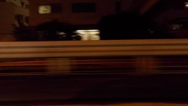 stockvideo's en b-roll-footage met nacht rijden - zijaanzicht -4 k- - stadsweg