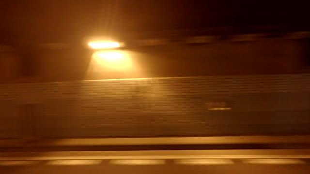 nacht mit dem auto-seitenansicht 4 k - seitenansicht stock-videos und b-roll-filmmaterial