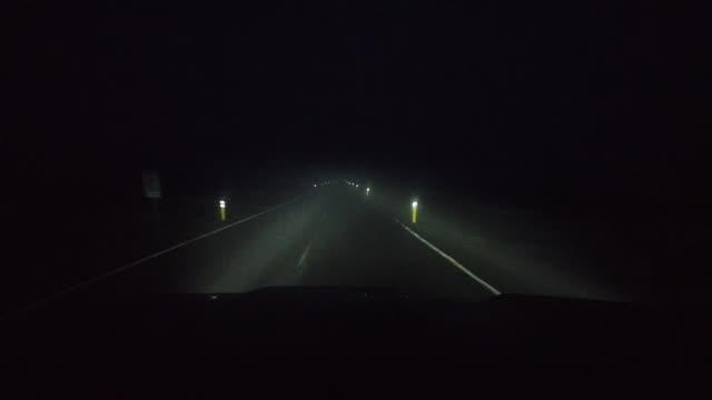 stockvideo's en b-roll-footage met nacht rijden met mist op de weg in ijsland in de winter - mist donker auto