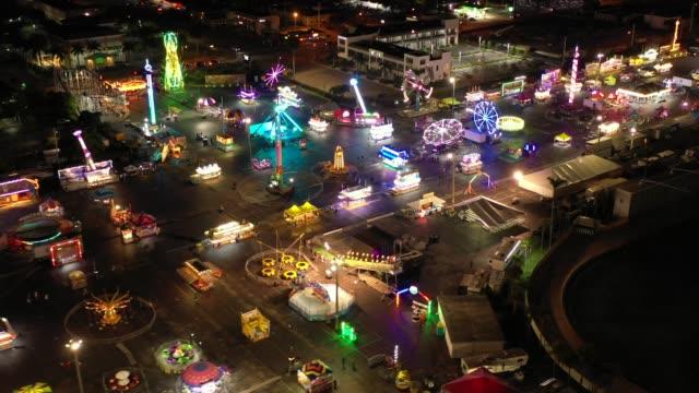 natt drone video carnival nöjesparken rider på natten - fritidsanläggning bildbanksvideor och videomaterial från bakom kulisserna