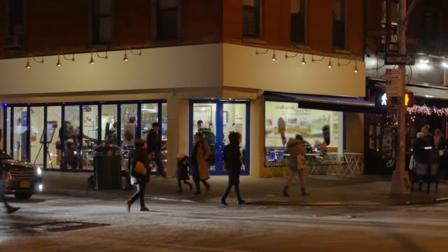 nacht aufbau schuss generic manhattan ecke bar oder restaurant - establishing shot stock-videos und b-roll-filmmaterial