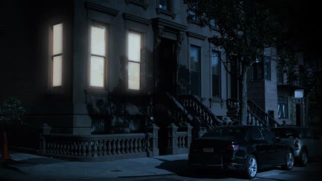 nacht aufbau schuss von typischen brooklyn brownstone apartment im ersten stock - establishing shot stock-videos und b-roll-filmmaterial