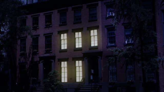 nacht aufbau schuss von typischen brooklyn brownstone haus - sandstein stock-videos und b-roll-filmmaterial