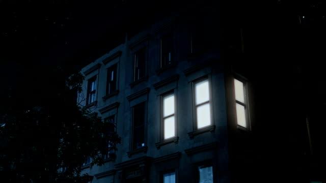 nacht aufbau schuss von typischen brooklyn brownstone obergeschosse - sandstein stock-videos und b-roll-filmmaterial