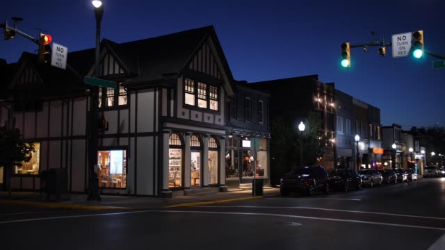 Nacht Aufbau Schuss der typischen Middle America Kleinstadt Main Street – Video