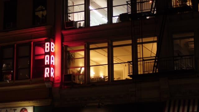 gece dış atış apartments bitti manhattan çubuğunun kurulması - bar stok videoları ve detay görüntü çekimi