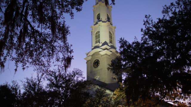 vídeos de stock, filmes e b-roll de exterior de noite do campanário da igreja presbiteriana independente de savana - batismo