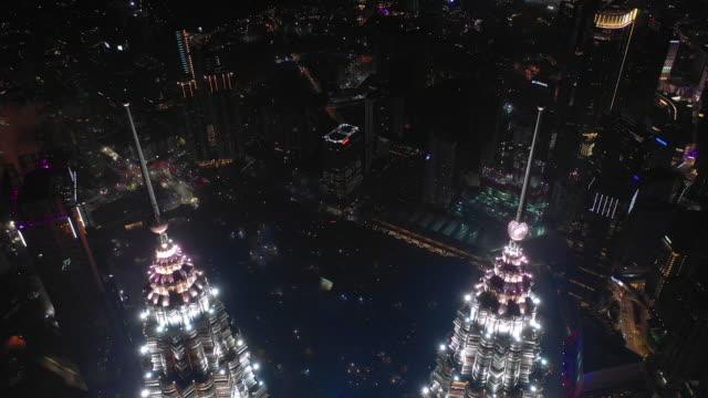 natt flygning över kuala lumpur city downtown towers antenn topdown panorama 4k malaysia - petronas twin towers bildbanksvideor och videomaterial från bakom kulisserna