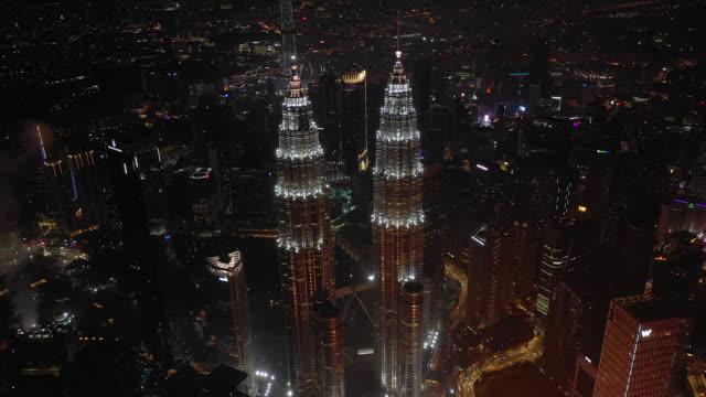 nattflygning över kuala lumpur city downtown towers antenn topdown panorama 4k malaysia - petronas twin towers bildbanksvideor och videomaterial från bakom kulisserna