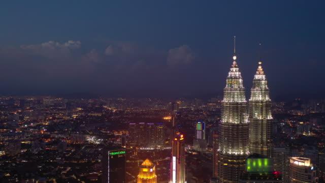natt vacker himmel upplyst kuala lumpur downtown antenn panorama 4k malaysia - petronas twin towers bildbanksvideor och videomaterial från bakom kulisserna