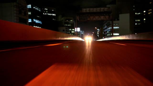 夜のハイウェイ東京、背面ビュー(低速度撮影) - 後方点の映像素材/bロール