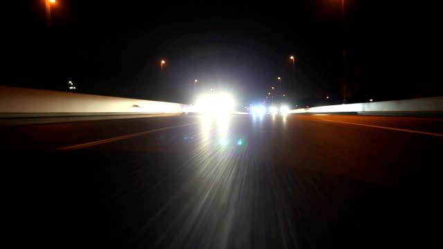 夜のハイウェイ、背面外観 - 後方点の映像素材/bロール