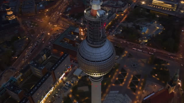 vídeos y material grabado en eventos de stock de aerial: night hyperlapse / motion timelapse of berlin tv tower alexanderplatz with beautiful city lights 4k - berlín