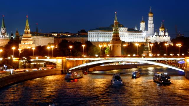 natt hyperlapse kreml och moskva floden med kryssningsfartyg, ryssland - kreml bildbanksvideor och videomaterial från bakom kulisserna