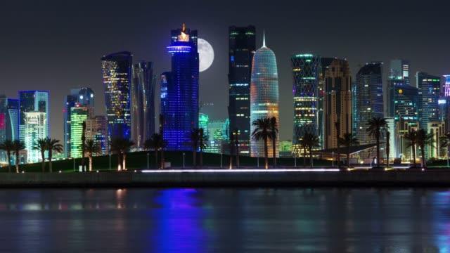vidéos et rushes de panorama baie du centre de la ville doha nuit illuminée 4 temps k caduc qatar - doha