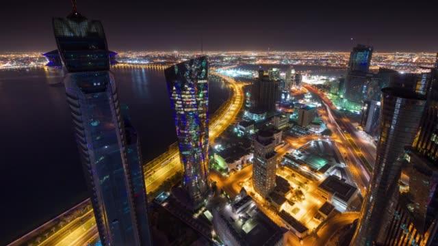 vidéos et rushes de panorama de la baie centre-ville nuit illuminée doha ville fameuse tour sur le toit 4 temps k caduc qatar - doha