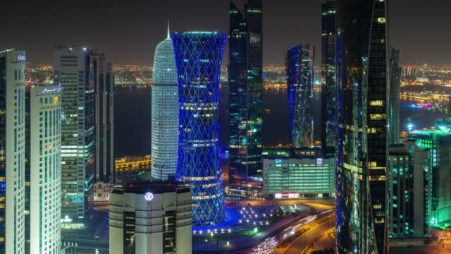 vidéos et rushes de nuit illuminée doha ville sur le toit du centre panorama 4 temps k caduc qatar - doha