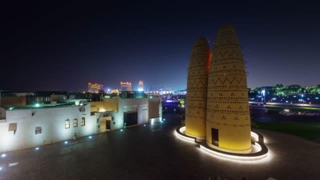 vidéos et rushes de panorama de rues la nuit illuminée doha ville sur le toit trafic 4 temps k caduc qatar - doha