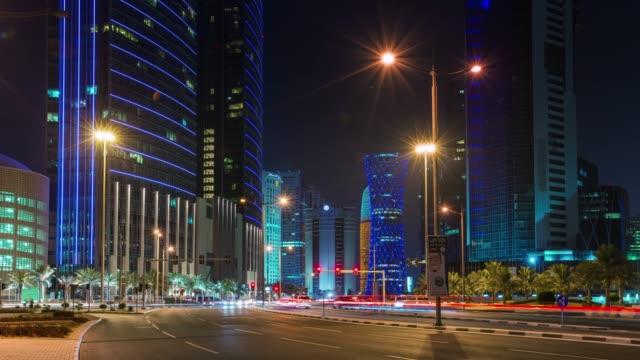 vidéos et rushes de nuit illuminée doha trafic rue du centre panorama de la ville 4 temps k caduc qatar - doha