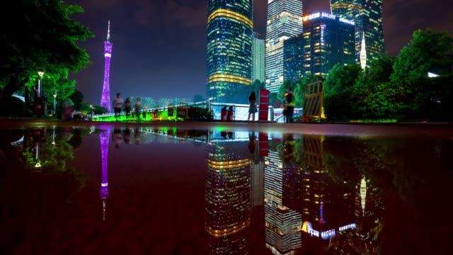 夜点灯して広州市広州タワー水反射パノラマ 4 k 時間経過中国 - 中国 広州市点の映像素材/bロール