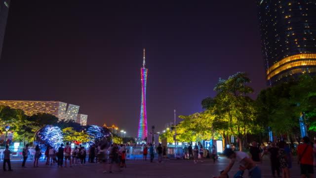 夜点灯して広州市図書館タワー公園パノラマ 4 k を歩く時間経過中国 - 中国 広州市点の映像素材/bロール
