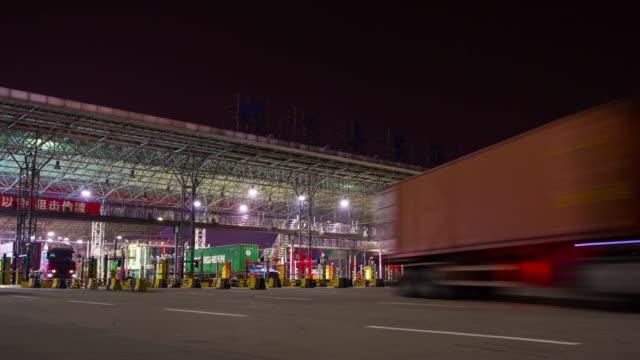 notte illuminato shenzhen città ingresso traffico panorama 4k tempo decade cina - baia video stock e b–roll