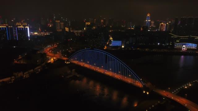vídeos y material grabado en eventos de stock de noche iluminada wuhan ciudad famoso tráfico puente río panorama aéreo 4k china - wuhan