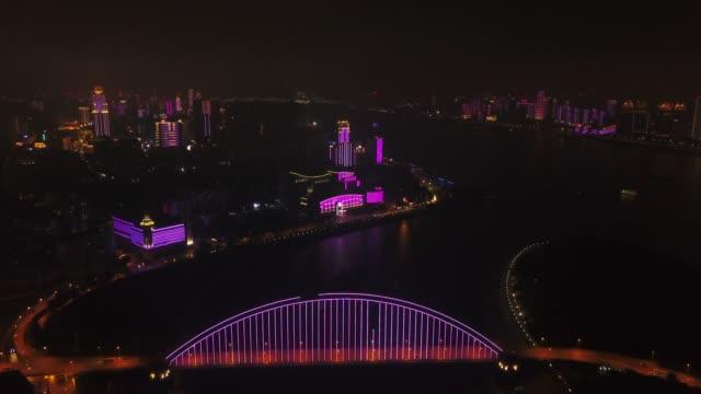 vídeos y material grabado en eventos de stock de noche iluminada wuhan ciudad riverside hotel puente aéreo panorama 4k china - río yangtsé