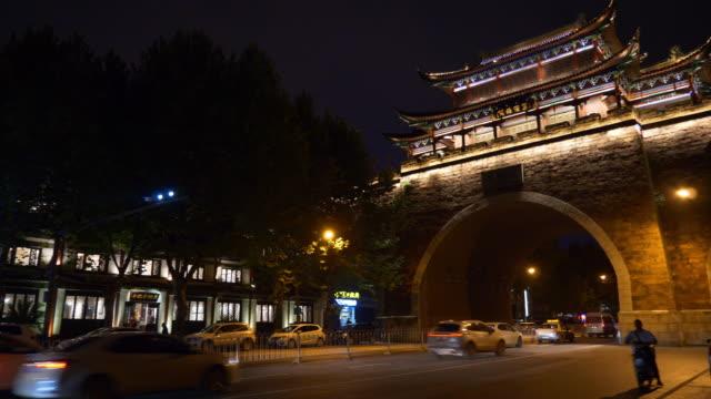 vídeos y material grabado en eventos de stock de noche iluminada calle de tráfico de wuhan ciudad vieja puerta panorama 4k china - río yangtsé