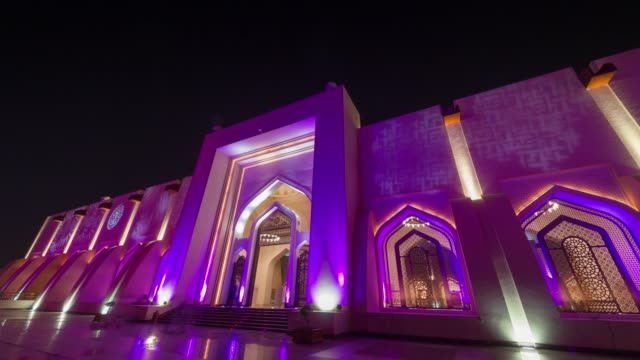 vidéos et rushes de nuit illumination doha mosquée avant panorama de la ville 4 temps k caduc qatar - doha