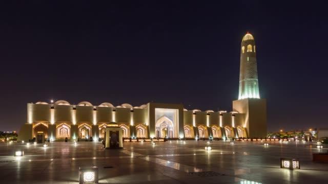 vidéos et rushes de nuit illumination doha mosquée avant carré panorama de la ville 4 temps k caduc qatar - doha