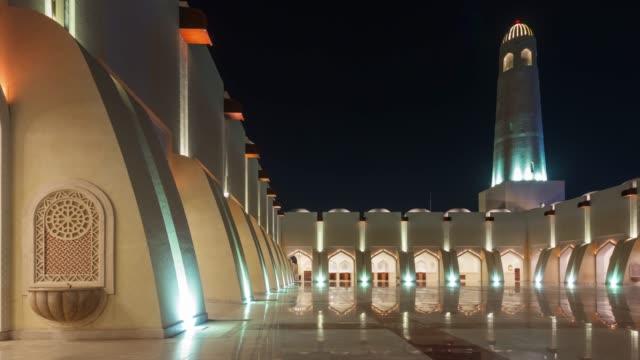 vidéos et rushes de nuit illumination doha mosquée hall extérieur panorama de la ville 4 temps k caduc qatar - doha