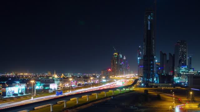 gece aydınlatma dubai şehir trafiği ana yol panorama 4 k zaman atlamalı birleşik arap emirlikleri - abu dhabi stok videoları ve detay görüntü çekimi