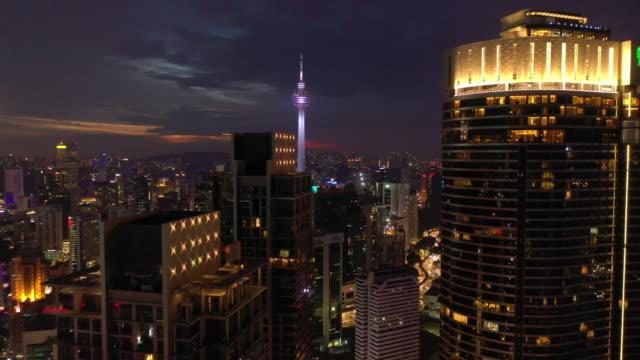 nacht kuala lumpur innenstadt landschaft luftpanorama 4k malaysia - wahrzeichen stock-videos und b-roll-filmmaterial