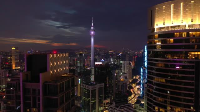 stockvideo's en b-roll-footage met night kuala lumpur downtown stadsgezicht luchtfoto 4k maleisië - kuala lumpur
