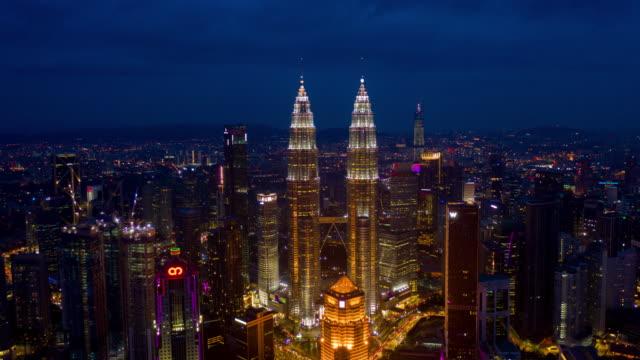natt kuala lumpur downtown torn antenn panorama timelapse 4k malaysia - petronas twin towers bildbanksvideor och videomaterial från bakom kulisserna