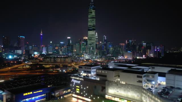 stockvideo's en b-roll-footage met night kuala lumpur hoogste gebouw mall traffic road luchtfoto panorama 4k maleisië - kuala lumpur