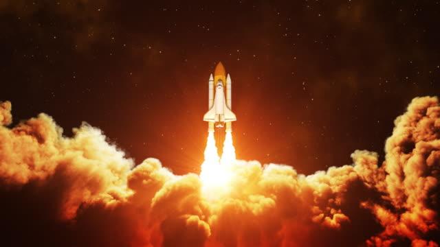 nachtstart des space shuttle. zeitlupe. - rakete stock-videos und b-roll-filmmaterial