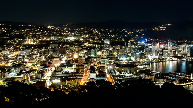 vídeos de stock e filmes b-roll de night life in street with busy traffic in wellington capital city of new zealand time lapse - wellington