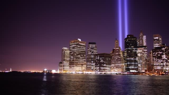 vídeos y material grabado en eventos de stock de luz de noche tower-vista a la bahía de luz 4 k time lapse del 11 de septiembre, la ciudad de nueva york - memorial day