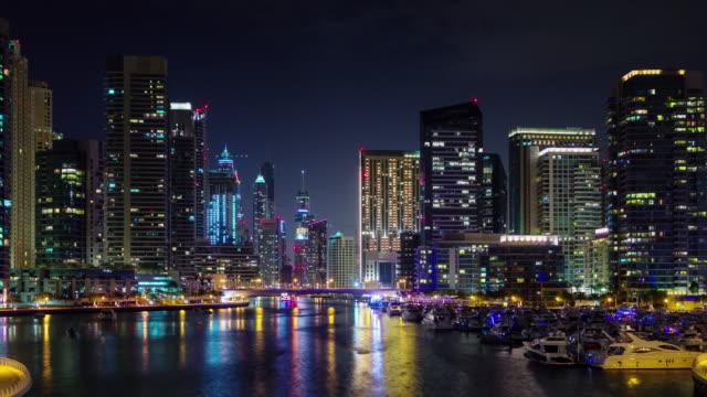 gece ışık dubai yat limanı su rating yürüyen körfez panoraması 4 k zaman atlamalı birleşik arap emirlikleri - abu dhabi stok videoları ve detay görüntü çekimi