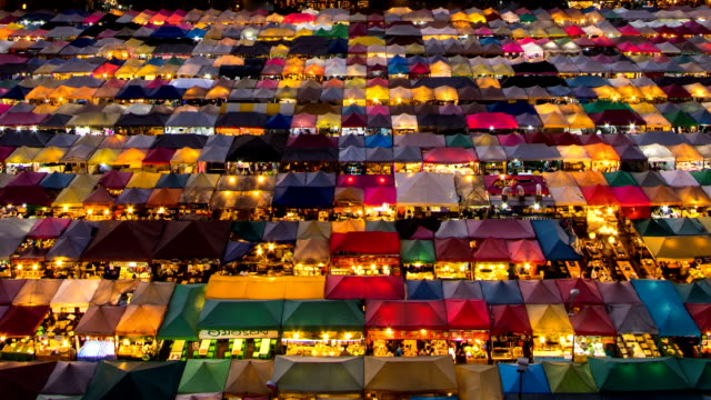 列車と呼ばれるナイト マーケット夜市場ラチャダー タイムラプス日夜鳥瞰図 - 人の居住地点の映像素材/bロール