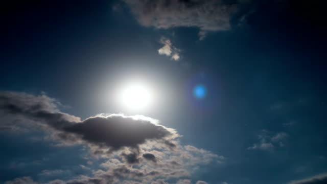 vídeos y material grabado en eventos de stock de luna de noche subiendo en el horizonte sobre los árboles y las nubes. lapso - espacio y astronomía
