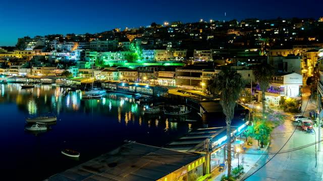 vídeos de stock, filmes e b-roll de movimento desfocado noite tráfego em peraeus contra as luzes da cidade. - atenas grécia